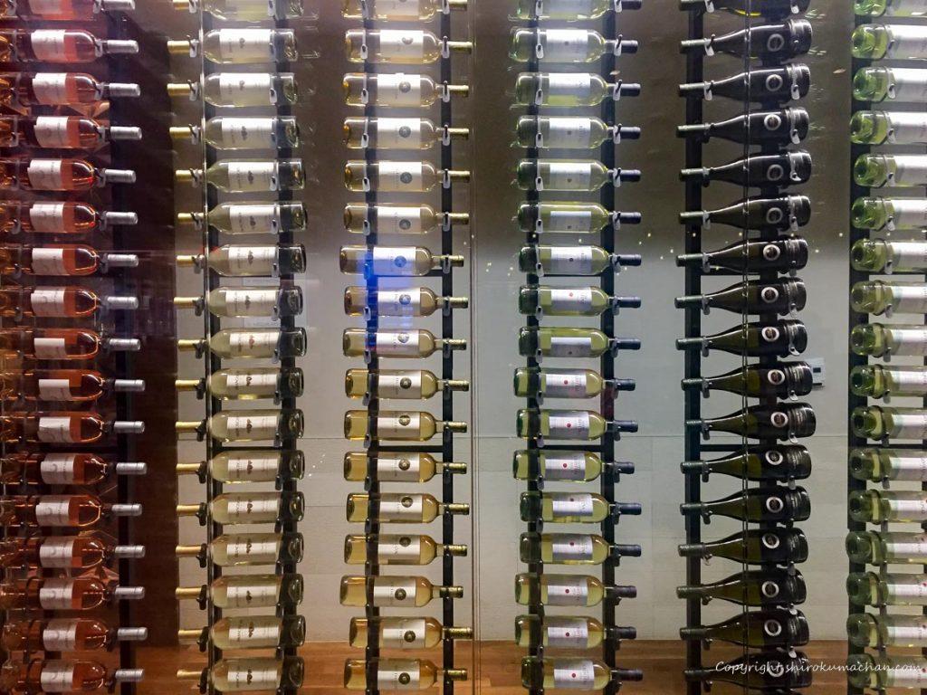 ロサンゼルス空港のビジネスクラスラウンジ ワインボトル
