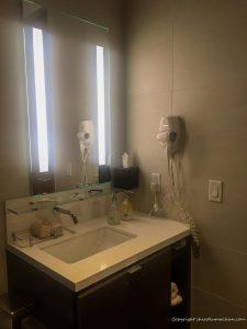 ANAビジネスクラスラウンジロサンゼルス空港のシャワールーム洗面台