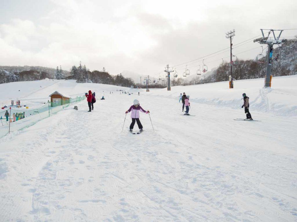 子供にスキーを教える