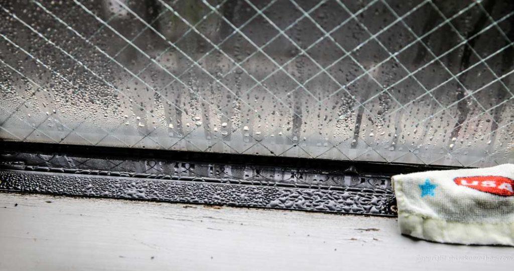 窓とサッシにたっぷりついた結露